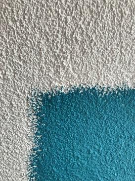 witte en aquablauwe verf op de muur